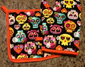 Multicolored day of the dead skull insulated/quilted oven mitt and pot holder set