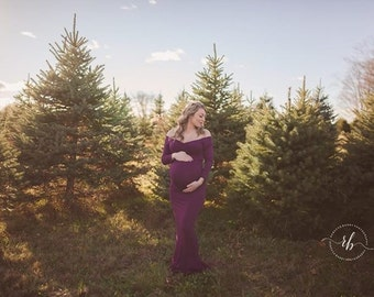 Fitted maternity dress, sweetheart neckline, long sleeves