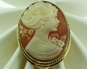 Vintage Shell Cameo brooch / pendant.