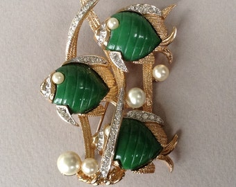 Hattie Carnegie Unsigned Carved Green Lucite Rhinestone Pearl Gold Tone Three Fishes Pin/Brooch