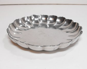 Williamsburg Stieff Pewter Dish with Scalloped Edges Polished   (107)