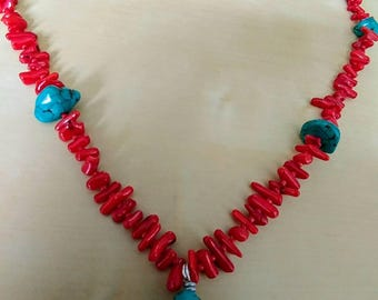 Necklace with turkoois howliet and coral beads and easy to use toggle clasp.