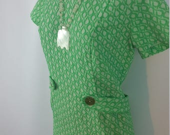 60s Green Shift Dress. Knee Length. Belted. Embossed pattern. Zipper Closure. Size M.