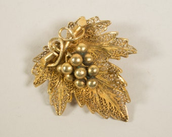Gold filigree brooch, grape leaf, 8 carats, 1940s