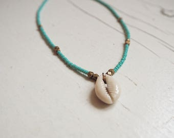 Fine chain with cowrie shell