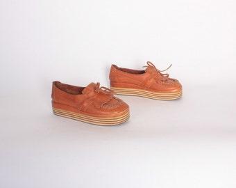 Vintage 70s Leather FLATFORMS / 1970s Boho Caramel Brown Kiltie Fringe Slip On Loafers 6