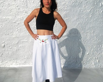CLEARANCE Vintage 1970s Latin American Inspired White Embroidered Hippie Chic Skirt S/M