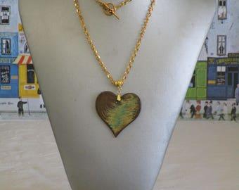 """Ravissant collier pendentif en bois laqué couleurs flammées et doré """"Un coeurs"""""""