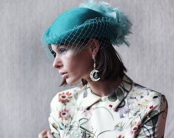 Vintage turquoise green wool net veil feather pillbox fascinator headpiece wedding English tea party hat headdress