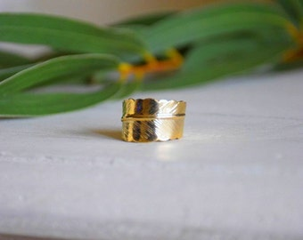 Lovely gold plated feather ring adjustable