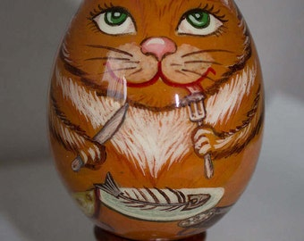 Gift wooden egg with a gourmet cat