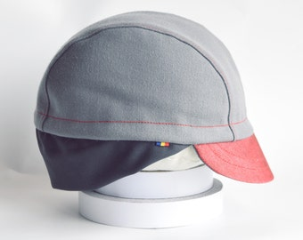 Autumn light grey wool cycling cap with red cotton brim * Elastic earflap in the back * Classical 3 panel hat