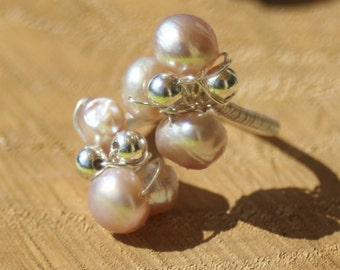 Pink Adjustable ring with Pearly and iridescent pearls, mother of Pearl clover and silver bead