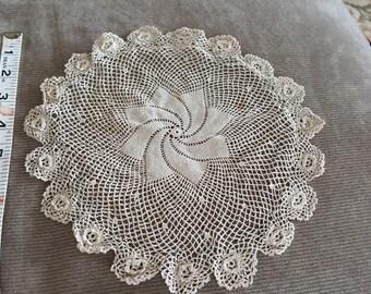 "Vintage Crochet Doilies med (2) 10"", 12"""