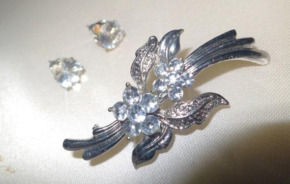 Lovely vintage silvertone rhinestone brooch and stud earrings
