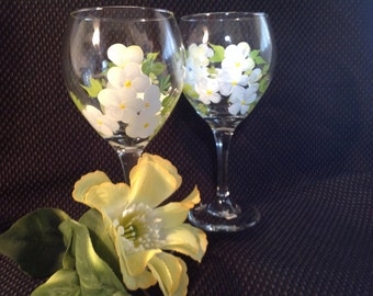 Hand painted wine glasses/(2)/large wine glasses//white//dogwood//gifts for her//bridal shower//birthday gifts//Mother's day//gifts for him