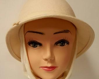 Vintage Ultra Classy + Unique Cream Felt Wool Cloche Georgi' Hat w Sewn-in Scarf