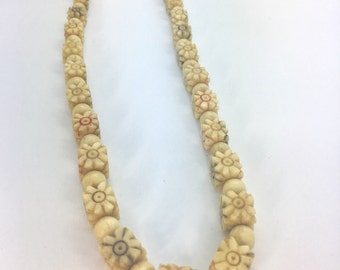 Vintage carved daisy flower bead necklace cream