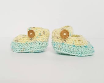 Baby Booties / baby shower gift / button up / crochet / Newborn / 0-3 months