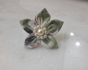 Small girly chic flower statement ring with pearls