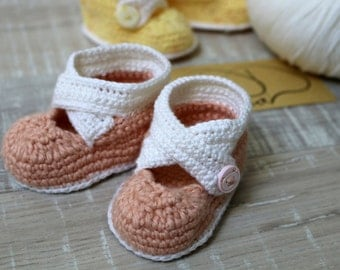 Pale/white pink baby booties