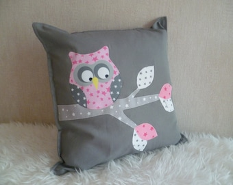 IN balance Maxi OWL on a grey/white/pink branch square cushion