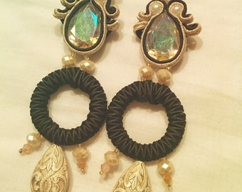 Earrings in gold and black soutache