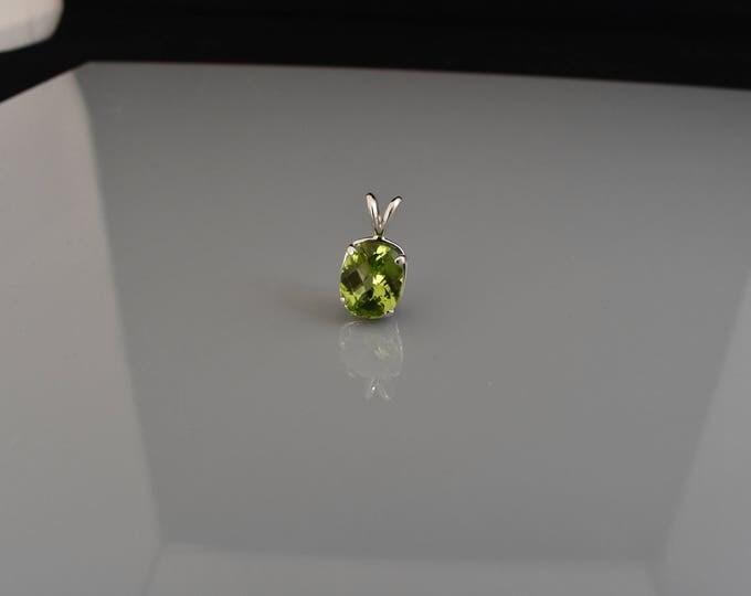 14k white gold 4.4ct peridot pendant