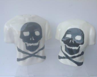 Skull and crossbones t shirt style salt and pepper set