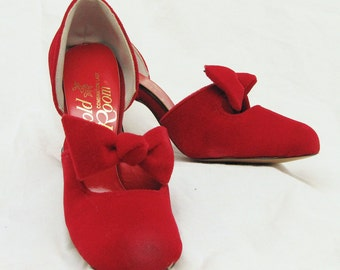 Adorable NWOT red velvet vintage heels with bows. Size 5B. Free shipping