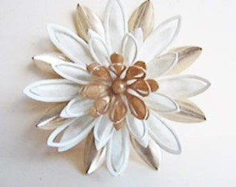 Vintage 1960s Sarah Coventry white and gold mod waterlily flower brooch (GG1)