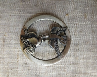 Beautiful vintage silver tone pewter tone doves of peace design brooch pin. 1 pin brooch.
