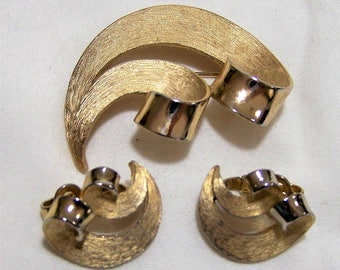 Crown Trifari Modernist Gold Tone Jewelry Set, Swirl Design Pin, Clip On Earrings, Mid Century Vintage Jewelry, Classic Style 517hz