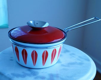 Pretty 1 Quart Dutch Oven by Cathrineholm -- Enamel Pot Made in Norway -- Pretty Enamelware with Lotus Pattern