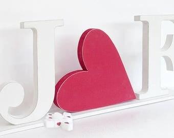 Iniziali e cuore in legno con base di sostegno