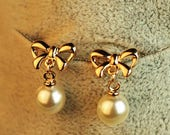 8 Pearl earrings with gold bow