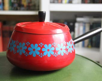 Vintage 1970s Mod Red and Blue Daisies Enamelware Fondue Pot with Lid/Retro Kitchen/Fondue Party/Apple Red