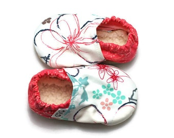 Baby booties, soft soled baby shoes, baby girl booties, baby slippers,baby shower gift,baby gift,spring baby shoes, floral booties