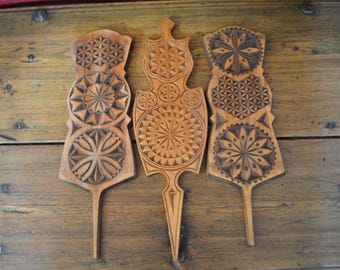 A set of hand-carved wall decoration. 3 x rukinlapa. Three together matching spinning wheel shoulders. Wall ornament, vintage treasure.