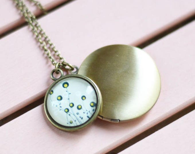 Art // Pendant-locket metal brass with picture girls under glass // Retro, Vintage, Shabby Chic // Romantic Collection // Floral Motifs