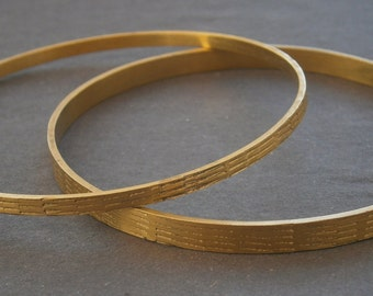 B942) Two vintage gold tone diamond cut patterned bracelets bangles