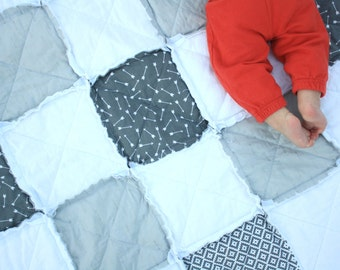 Gray baby quilt - Gray crib quilt - Neutral baby quilt - Arrows baby quilt