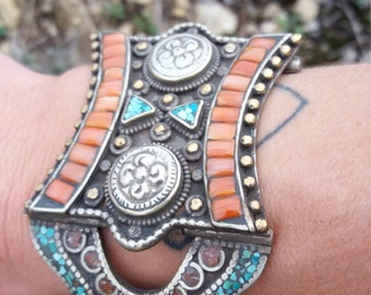 brazalete afgano .artesania.Afghan wide bracelet, traditional ethnic craftsmanship with turquoise and coral,Jewelery in alphaca and bronze.
