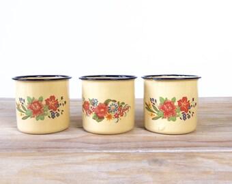Trois tasses en émail jaune motif fleurs, tasse en émail beige fleurs rouge, mug en métal émaillé, tasse émaillée, tasse à café, tasse thé