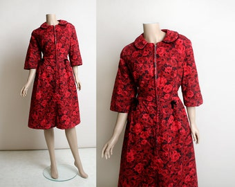 Vintage 1950s Dress - Red Rose Print Quilt Dress - Front Zip - Pockets - Novelty Print - Lounge Robe Style Floral Day Dress - Small