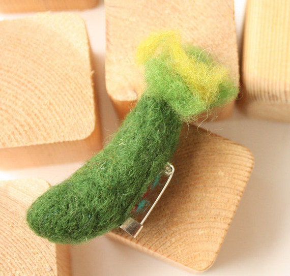Felted vegetable pin, Green cucumber brooch, needle felted pin, Waldorf eco brooch, Organic vegetable brooch, Steiner education, zucchini