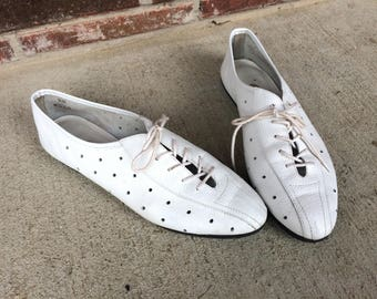 vtg 80s White POLKA DOT lace up OXFORDS 8 leather brogues preppy flat cut out boho designer shoes