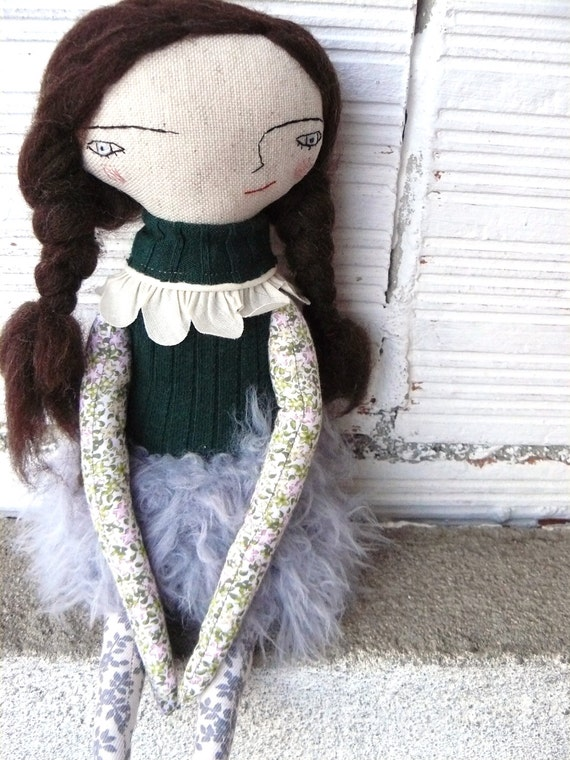 Doll in cotton and linen. 32 cm. Pure wool hair. Han knitted skirt
