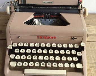 Working Typewriter Royal Quiet Deluxe with Crinkle Finish in Blush Pink , Great for Wedding Decor , Guest Book, Writer's Gift, Birthday Gift