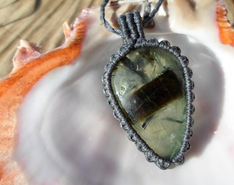 prehnite necklace/pendant-prehnite macrame-prehnite jewelry-cabochon stone-macrame gemstone-hypoallergenic-healing stone-adjustable necklace